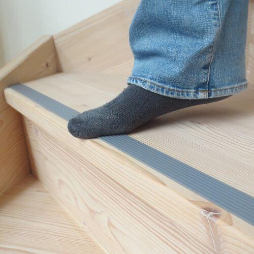 grenen trap met grijze strip