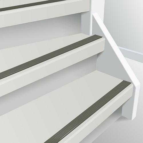 witte trap met antislipstrip in beton kleur